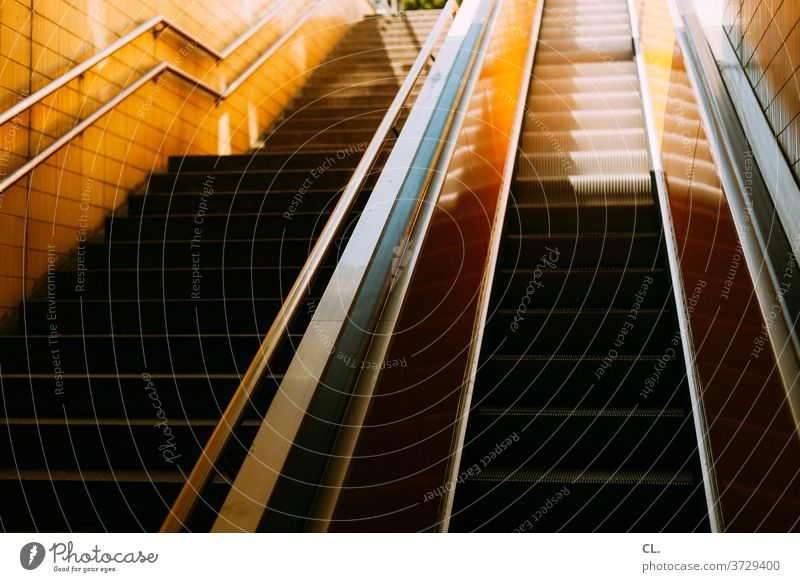 treppe und rolltreppe Treppe Rolltreppe aufwärts Handlauf Treppengeländer Stufen Faulheit Architektur U-Bahnstation stufen rauf und runter urban gelb ästhetisch