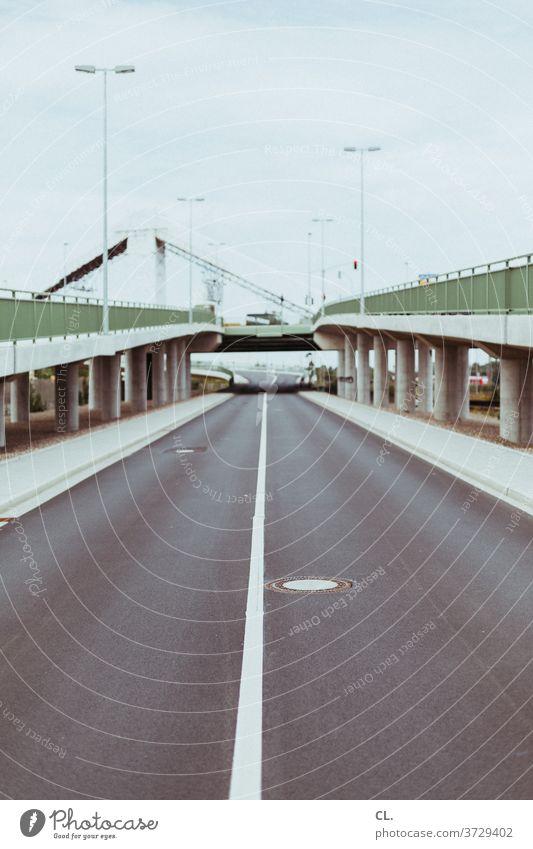 neue straße Straße Brücke Perspektive Ziel Wege & Pfade Verkehrswege Stadt Straßenlaterne Linie Gully Geländer gehweg Straßenverkehr Menschenleer Asphalt trist