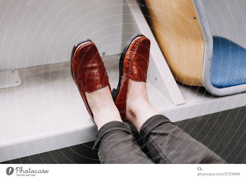 in der bahn Schuhe altmodisch Bahnfahren Straßenbahn Hose Öffentlicher Personennahverkehr Füße hoch entspannen entspannung Sitz Leder Beine beine hoch