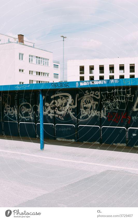 bushaltestelle Bushaltestelle Haltestelle Parkplatz verlassen Gebäude trist dreckig Graffiti Straße Tristesse Langeweile Stadt Wege & Pfade Architektur Verkehr