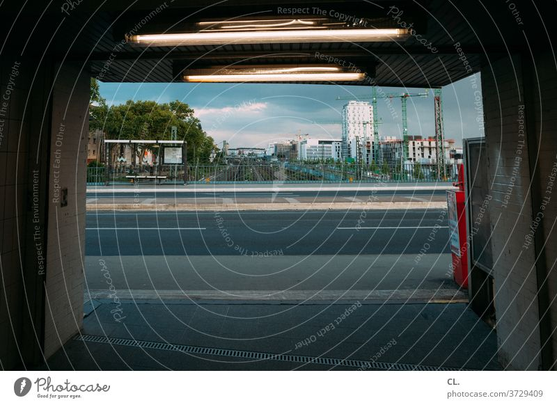 ausgang derendorf s-bahnhof, düsseldorf Ausgang Bahnhof S-Bahnhof Tunnel Tunnelblick Straße Stadt Düsseldorf Derendorf Hochhaus dunkel Beleuchtung Station