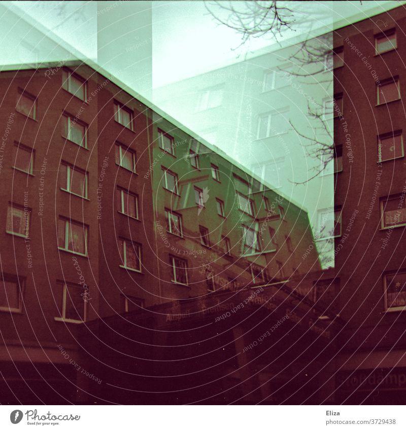 Analoge Doppelbelichtung: düstere braune Wohnblöcke Wohnblock Haus dunkel Gebäude Architektur Hochhaus Menschenleer Wand Fassade analog Beton trist bedrückend