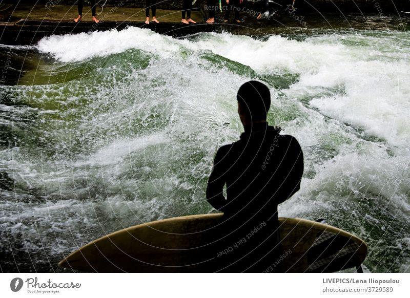 Surfen auf dem wilden Wasser des Flusses Aktivität Textfreiraum Tag Tageslicht Freizeit unter freiem Himmel Sport Surfbrett Surfer Wellenreiter nass Abenteuer