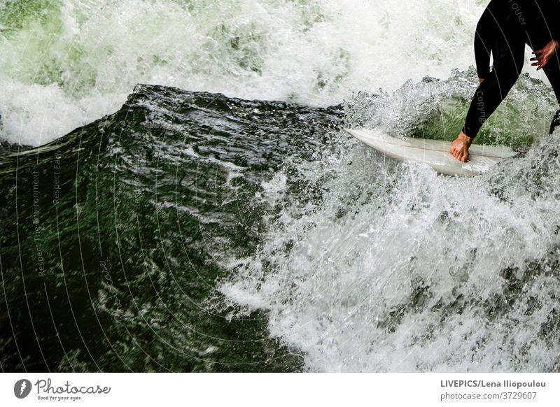 Surfen auf dem wilden Wasser des Flusses Aktivität Textfreiraum Tag Tageslicht Freizeit Natur unter freiem Himmel Sport Surfbrett Surfer Wellenreiter nass