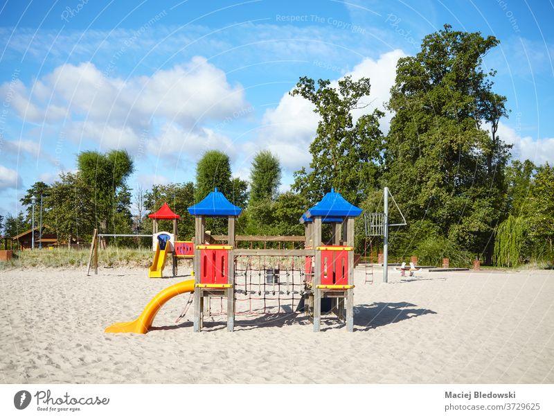 Leerer Außenspielplatz an einem Strand an einem sonnigen Tag. Spielplatz Sand Kindheit Sliden Spaß spielen Natur Park Erholung sicher Kindertagesstätte Bildung