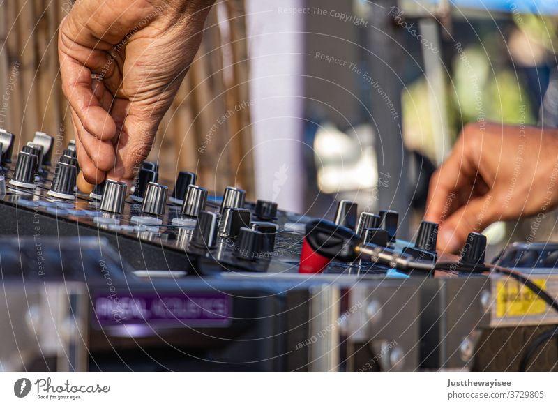 Dj spielt sein bestes Spiel Audio Mixer Lautstärke Panel Gerät dj Kontrolle Schaltfläche Konzert modern Hand Klang Entertainment Musik Schalter Nahaufnahme