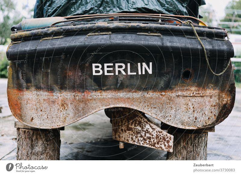Heck eines alten Motorboots an Land aus Berlin Boot Rost verrostet Lager Bootslager Bock aufgebockt Schiff Schiffsfriedhof Ruder ausgedient Schifffahrt