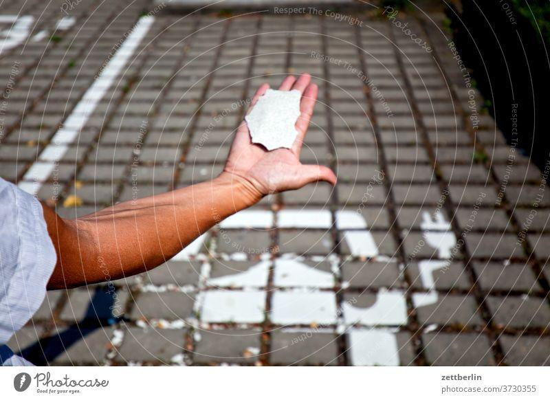 Ladestelle mit Unterarm automobil elektroauto farbe piktogramm farbschicht ladestelle elektromobil kleinstadt menschenleer ort sachsen-anhalt sandersdorf
