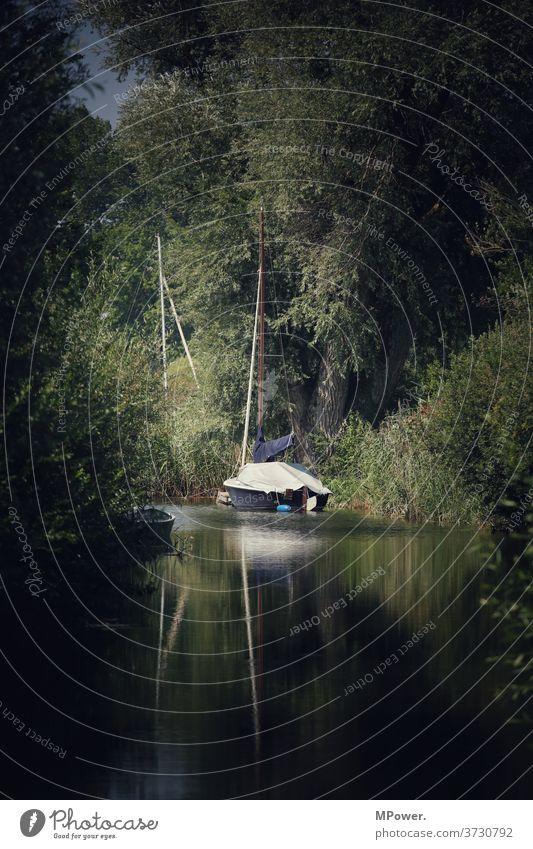 segelboot Segelboot Fluss Mündung Wald Küste Boot Bootsfahrt Anleger spielgelung Wasser Außenaufnahme Segeln Schifffahrt Ferien & Urlaub & Reisen Abenteuer