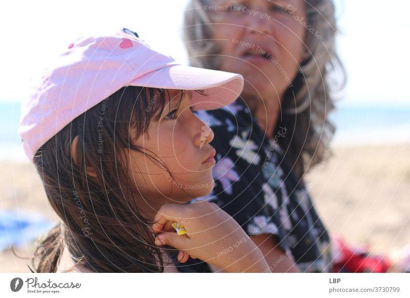 Erwachsener und Kind schauen wütend und aufgeregt Porträt Wahrheit Vertrauen Gefühle Leben Kindheit Paar Familie & Verwandtschaft Großmutter Senior Großeltern