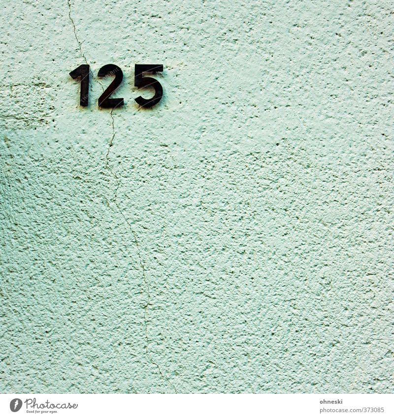 125 Haus Gebäude Mauer Wand Fassade Riss Ziffern & Zahlen Hausnummer Farbfoto Außenaufnahme Strukturen & Formen Menschenleer Textfreiraum unten