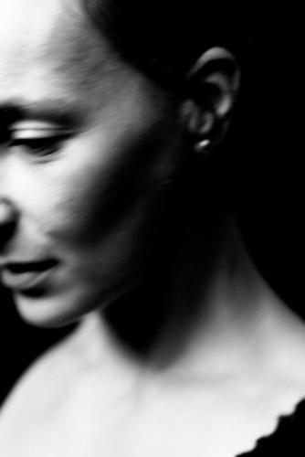 die Frau geht nachdenklich vorbei und wirft Fragen auf Porträt Erwachsene Junge Frau feminin Stil Schwarzweißfoto Melancholie Bewegung Wegsehen geheimnisvoll