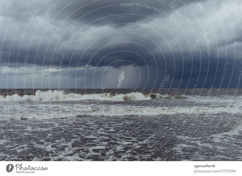 Gewitter über der Nordsee Gewitterwolken Wellen Küste Wasser Wolken Meer Außenaufnahme Unwetter Himmel schlechtes Wetter Sturm Farbfoto Wind Strand Natur