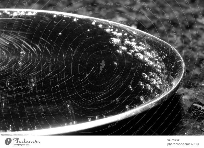 Löffel voller cocacola..Rechts;) Cola Kohlensäure schwarz weiß Besteck Makroaufnahme Nahaufnahme Marmortisch Blubbern