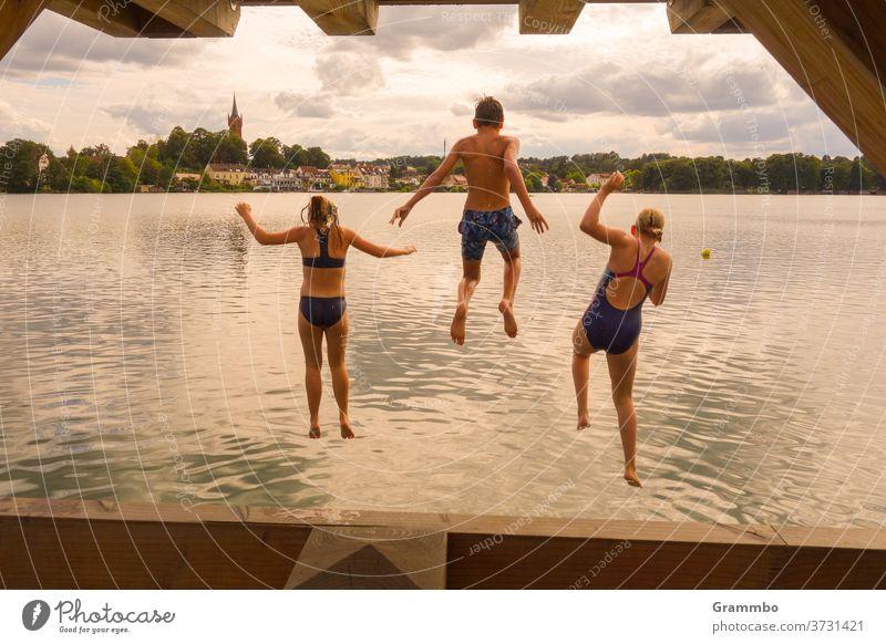 Sprung ins Wasser sprung ins wasser Sommer Spaß haben Schwimmen & Baden Ferien & Urlaub & Reisen Freude Tourismus Erholung Kinder baden