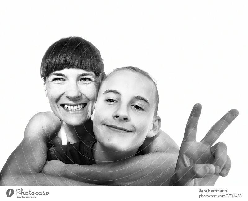 Mutter und Kind und Peace Sohn Familie Zusammensein Liebe Zufriedenheit Glück