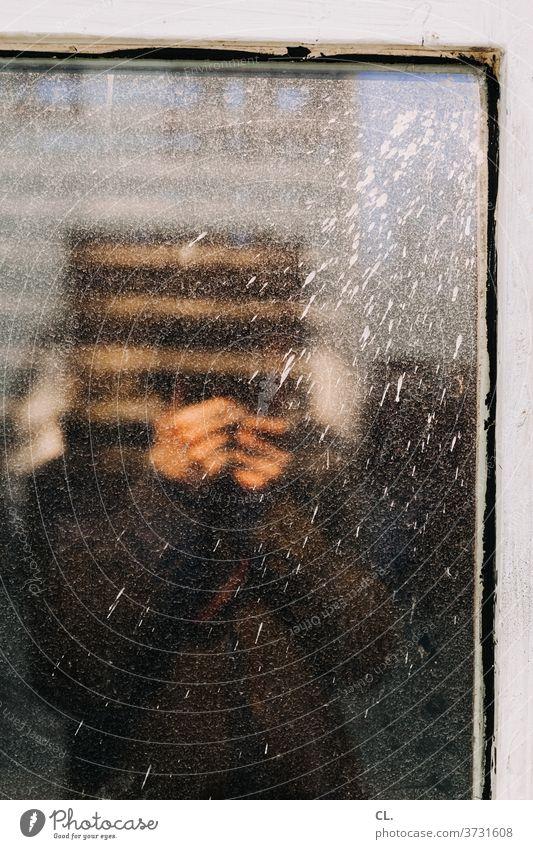 fotograf im fenster Fenster Fensterscheibe Reflexion & Spiegelung Spiegelbild Fotografieren dreckig Farbspritzer Farbe alt kaputt Identität