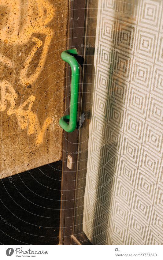 grüner türgriff Tür Griff Türgriff Muster Eingang Eingangstür Strukturen & Formen Schloss alt geschlossen Sicherheit Holztür dreckig authentisch Nahaufnahme