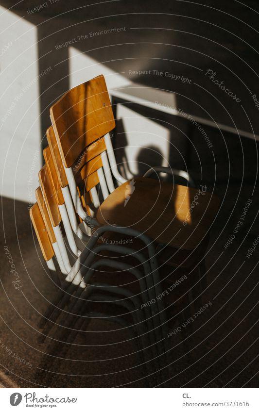 stühle, gestapelt Stuhl Stuhlstapel Stapel Möbel Sitzgelegenheit ästhetisch Holz Stuhllehne platzsparend leer braun verlassen ruhig Menschenleer Holzstuhl viele