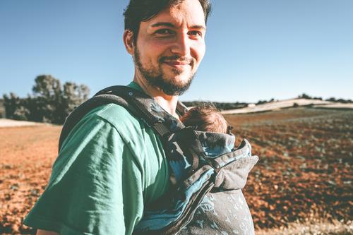 Alleinerziehender männlicher Elternteil, der sein Baby mit einem Rucksack trägt Papa führen neugeboren tragen Vorderseite Känguruh Single alleinerziehend