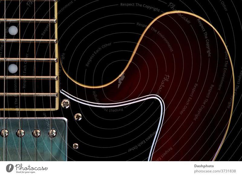 E-Gitarre Nahaufnahme auf schwarzem Hintergrund elektrisch Stromgitarre amplifiziert semi-akustisch semiakustische Gitarre rot braun vereinzelt Objekt