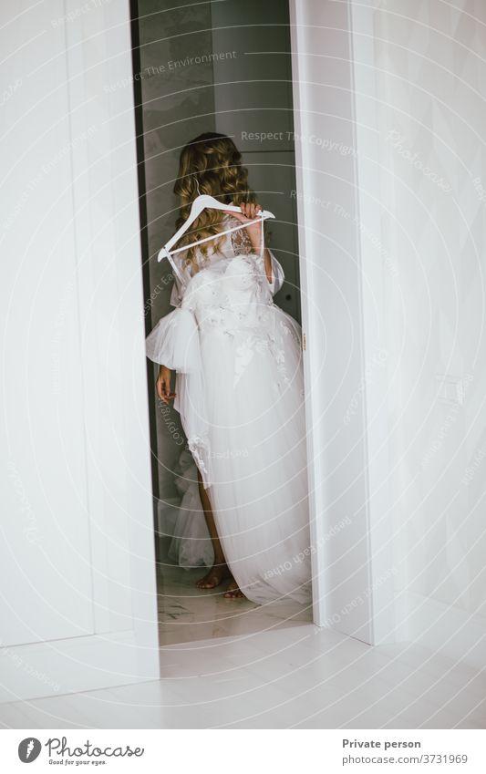 Braut probiert weißes Brautkleid an Hochzeit Kleid Frau Liebe Paar schön Mode Familie Schönheit hochzeitlich jung Menschen Porträt romantisch verheiratet
