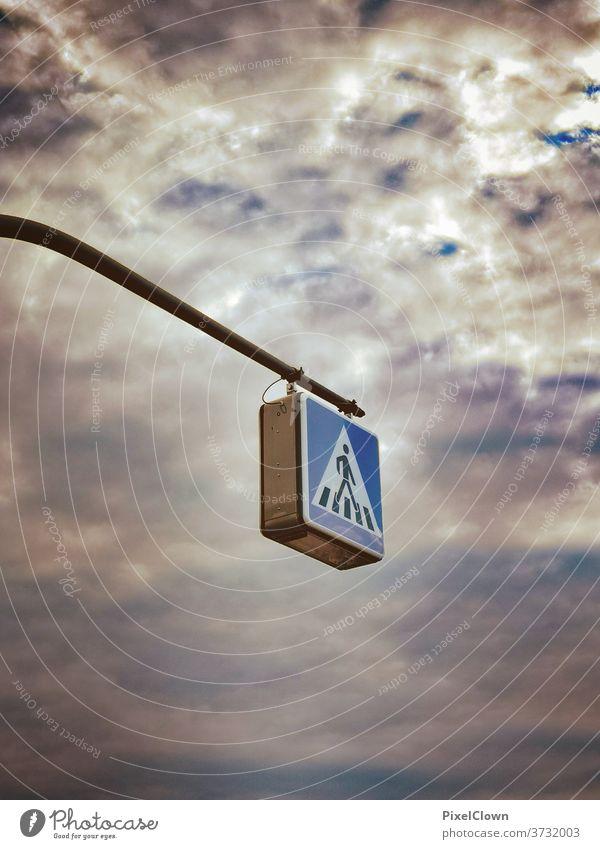Spaziergang am Himmel Fußgänger Straße Verkehrswege Wege & Pfade gehen Verkehrsschild Schilder & Markierungen Hinweisschild Straßenverkehr wolken