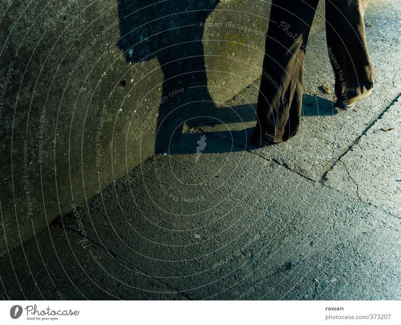 schritt voran Mensch 1 gehen bedrohlich dunkel gruselig kalt schreiten Beine Schatten Schattenseite Lichteinfall Spaziergang vorwärts Richtung Nacht Asphalt