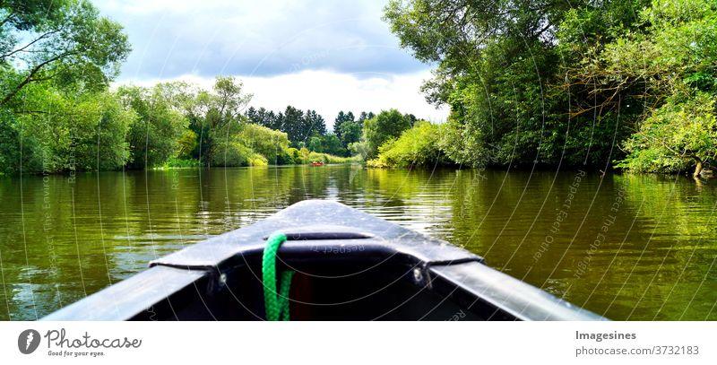 Kanu fahren durch einen Fluss. Bootsfahrt. Kanu auf dem Fluss Lahn in Deutschland Abenteuer Schönheit Schönheit in der Natur Blau Kanufahren Wolkenhimmel