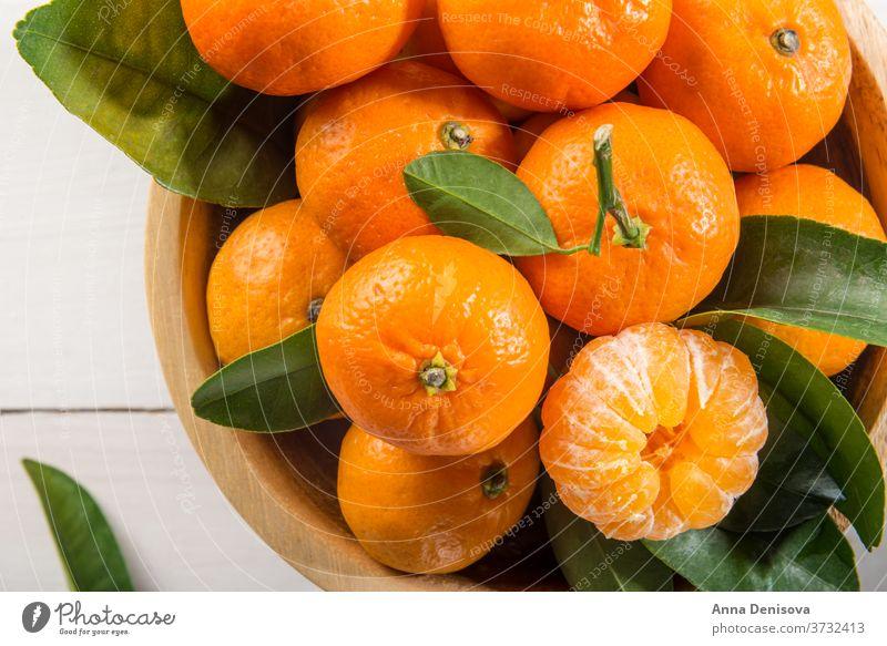 Köstliche und schöne Mini-Mandarinen orange Clementine Zitrusfrüchte Nahaufnahme reif grün Gesundheit frisch süß Frucht organisch saftig Natur weiß hölzern
