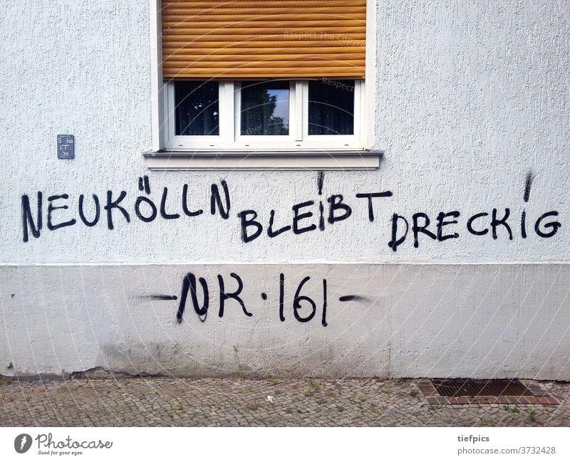 Berlin Neukölln Gentrifizierung Text Graffiti Haus Fassade schlampig Deutsch reuterkiez Graffito Sprühvorrichtung dreckig Altbau Spekulanten Ausweisung Miete