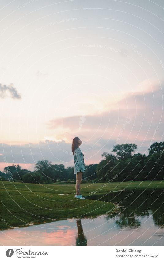 Mädchen stehend neben dem See Jugendliche Außenaufnahme Wachtraum Natur reisen feminin Sommer Freiheit Abenteuer Ausflug Ferien & Urlaub & Reisen Erholung