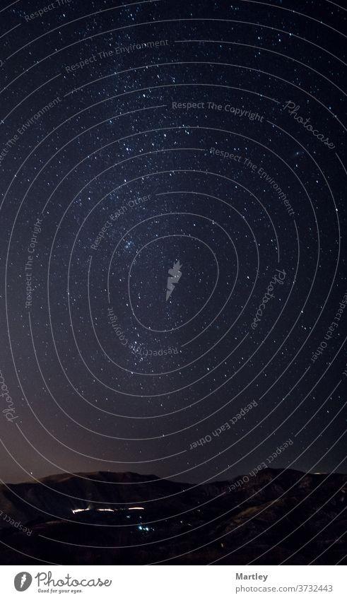 Astrofotografische Aufnahme einer Landschaft mit Milchstraße am Nachthimmel. Astronomie Galaxie Himmel Raum Sternbild Nebel dunkel Berge u. Gebirge stellar