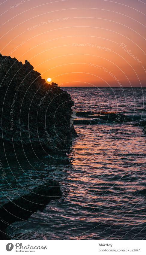 Wunderschöner Sonnenuntergang am Strand, Cádiz. Meer MEER Abenddämmerung reisen Landschaft Natur Himmel im Freien Sommer blau Küste Textfreiraum dunkel leer