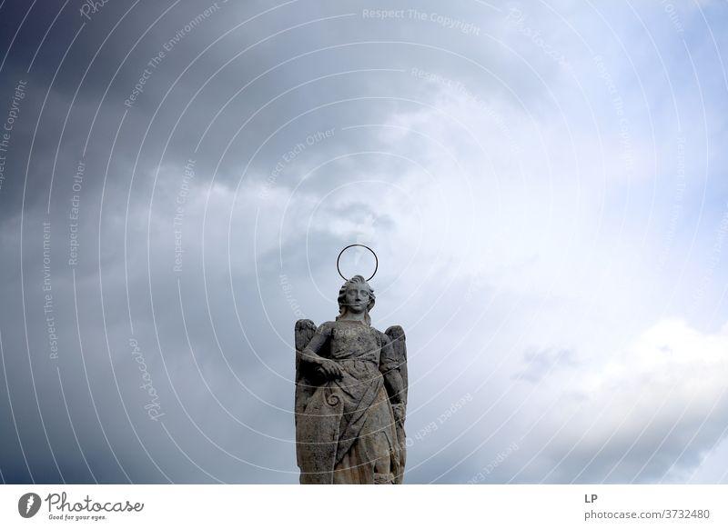 Skulptur eines Heiligen auf wolkigem Hintergrund Bildhauerei Felsen Flügel Außenaufnahme Statue Religion & Glaube Architektur Kultur antik