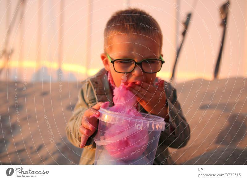 """Kind isst Zuckerwatte Moment Fröhlichkeit Kindheitstraum Kindheitserinnerung Kinderspiel Brille positive Emotion Humor urkomisch lustig,"""" Wahrheit Überraschung"""