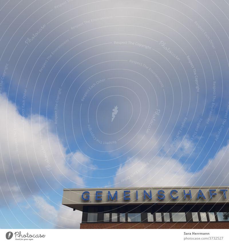 Gemeinschaft unterm blauen Himmel Blauer Himmel Berlin Neukölln Großstadt Idylle heiter wolkiger himmel Gropiusstadt