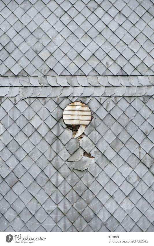 Langsam fallen die Lamellen der Lüfterklappe und die Schieferplatten von der Fassade des alten Hauses ab Jalousie Abzug Gebäude wohnen Zahn der Zeit Geometrie
