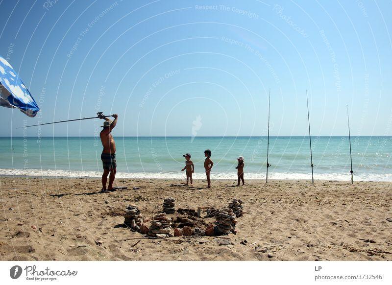 angeln gegangen - Vater bringt Kindern das Angeln bei Fischen Hobby Köder fangen Angelrute Führer Linien Freizeit & Hobby Angelköder Außenaufnahme Wasser Tag