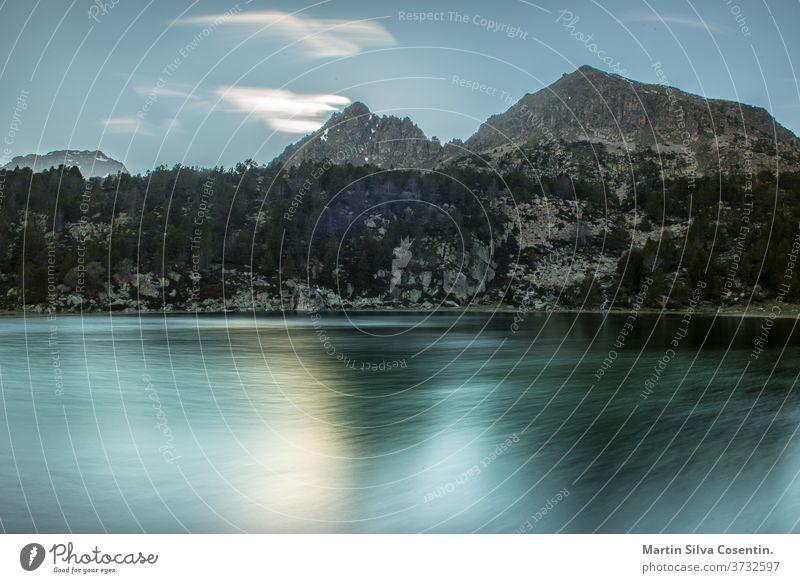 See in der Umgebung des Sees Pessons Grau Roig, Andorra. Nachmittag alpin Hintergrund schön blau cirque Ziele Ökologie lager Umwelt Erosion Abend Wald