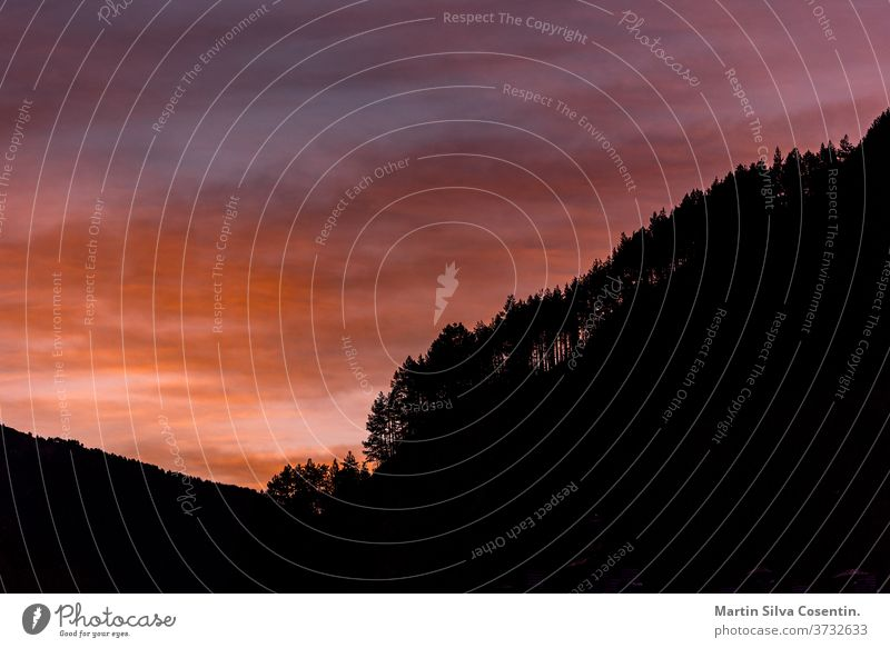 Sonnenuntergang im Wald in den Pyrenäen Andorra Asien schön blau Brücke Business Lager Stadtbild Wolken Land Tag els cortals lager Europa Feld grandvalira Gras