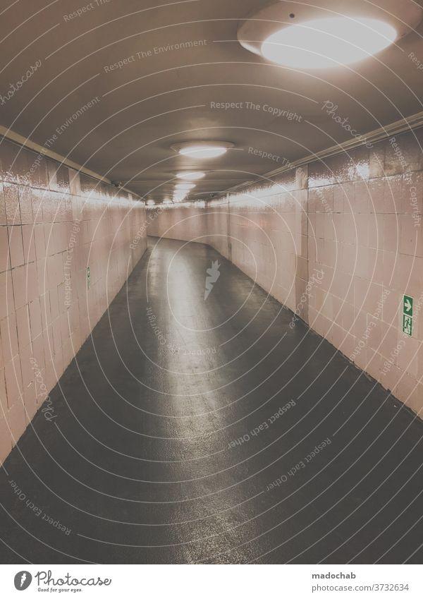 Geisterläufer Tunnel Untergrund Unterführung Berlin Rückansicht U-Bahn Licht Bahnhof Stadt Einsamkeit Fliesen u. Kacheln Perspektive Symmetrie Beleuchtung