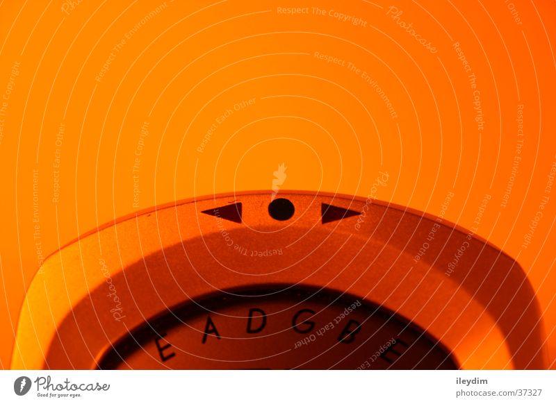 Stimmgerät rechts links Anpassung Ton Anzeige Buchstaben Lateinische Schrift Anschnitt Bildausschnitt Detailaufnahme Objektfotografie Vor hellem Hintergrund