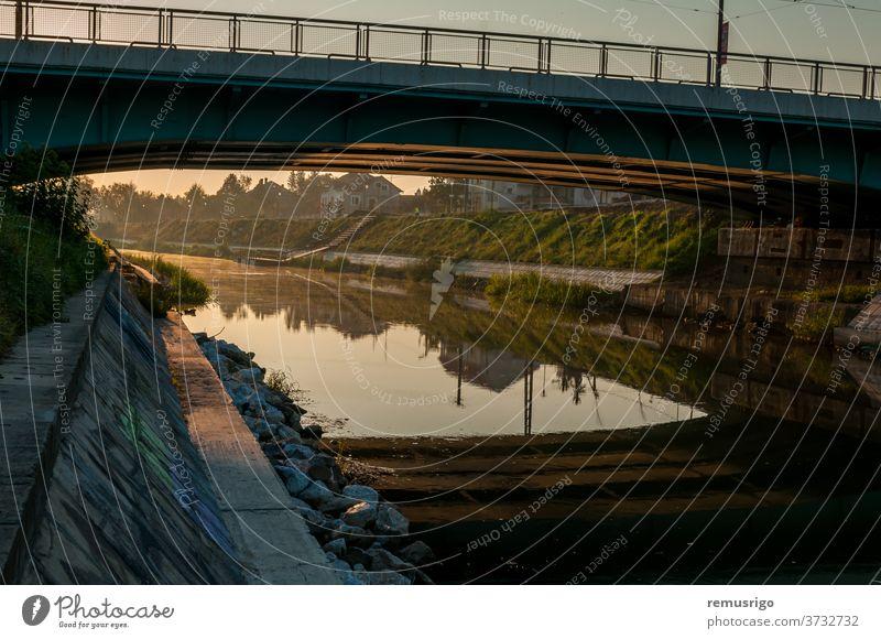 Ein Blick auf den Fluss Bega 2015 Rumänien Timisoara Architektur schön Brücke Großstadt Stadtbild Tag grün Wahrzeichen Landschaft Morgen Natur im Freien Szene