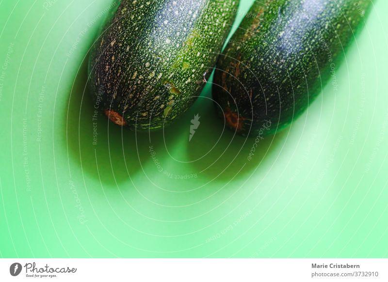 Nahaufnahme einer frischen grünen Zucchini, die das Konzept des Veganismus, der Ernährung und des Wohlbefindens zeigt grüne Zucchini Lebensmittel und Ernährung