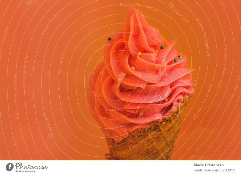 Rosa gefärbte Eiscreme in einer Tüte vor pastellfarbenem Hintergrund, um Konzept und Farben der Sommerzeit zu zeigen Sommerfarben Sommeressen rosa Eiscreme