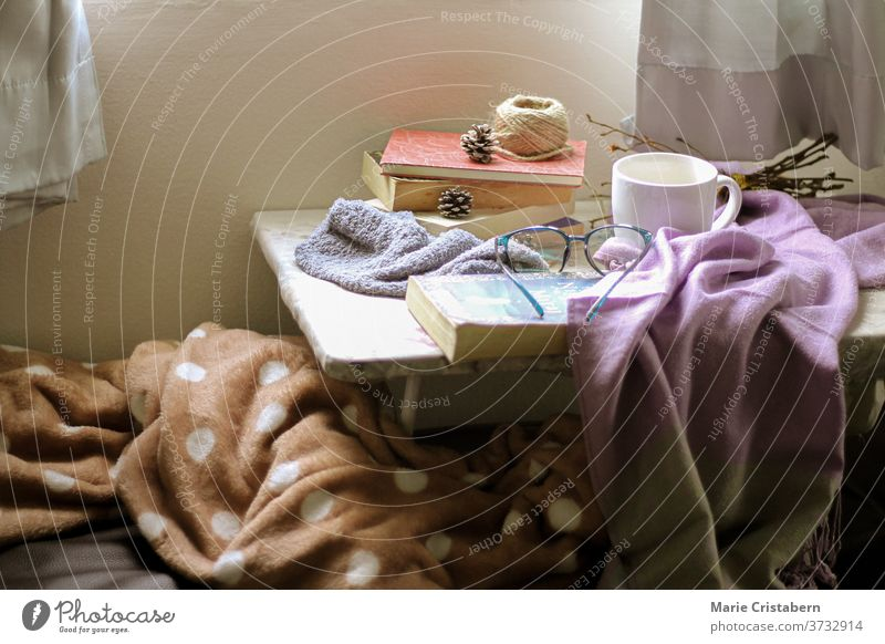 Helles und luftiges Schlafzimmer zeigt Konzept des Komforts, Quarantäne zu Hause und Thema der Herbstsaison Heimquarantäne-Konzept gemütlich heimwärts