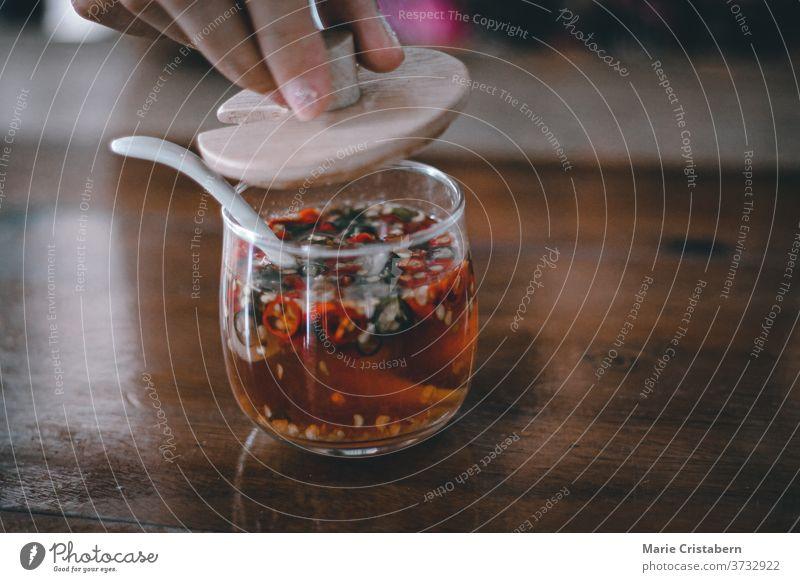 Prik Namsom oder Chili-Knoblauch-Essig-Sauce, die ein traditionelles Gewürz in der thailändischen Küche ist traditionelles thailändisches Gewürz prik namsom