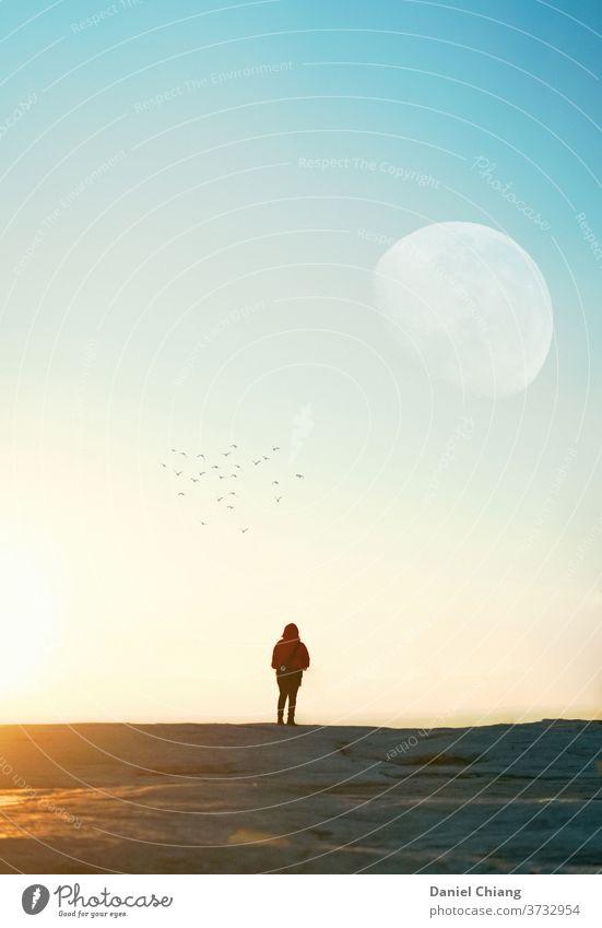 Sonnenaufgangsmoment des Mondes Himmel Morgendämmerung Skyline himmelblau golden Licht Abenteuer Abenteurer Berge u. Gebirge Ferien & Urlaub & Reisen Rücken