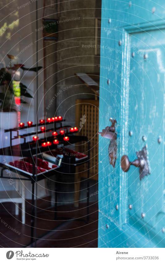 Tür zu! Gotteshaus offen Spiritualität glauben Kerzenschein Gottesdienst gläubig Einblick drinnen andächtig blau türkis Kirchentür Portal ruhig Religion rot